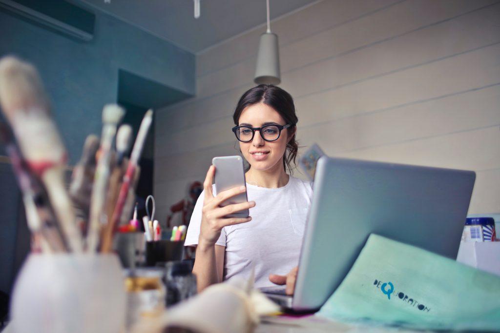 Artist lady on smart phone
